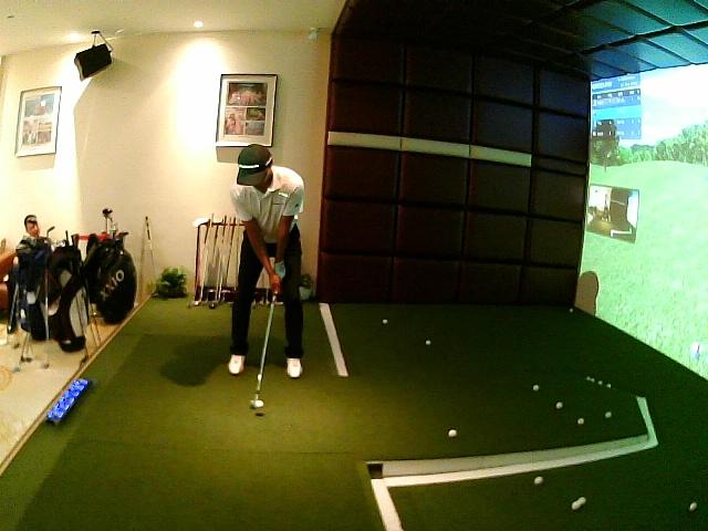 小天的室内高尔夫挥杆视频